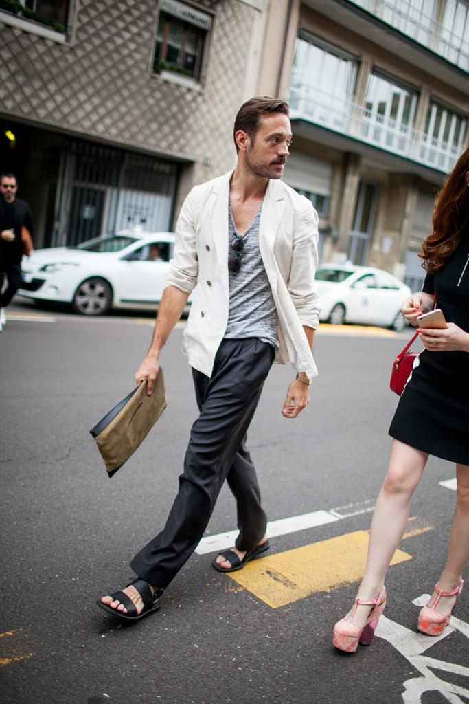 白ダブルブレストジャケット×グレーVネックTシャツ×チャコールグレーパンツ×黒サンダル
