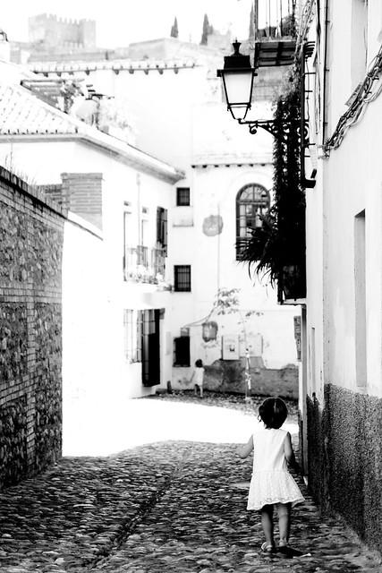 RedArt photographer - through the narrow streets of Granada