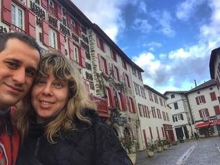 Sele y Rebeca en Espelette (Ezpeleta, País Vasco francés)