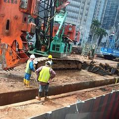 Pekerja proyek pembangunan MRT terus beraktivitas di tengah kemacetan Jakarta, Rabu (21/1).  #kompastagram #dailylife #Jakarta