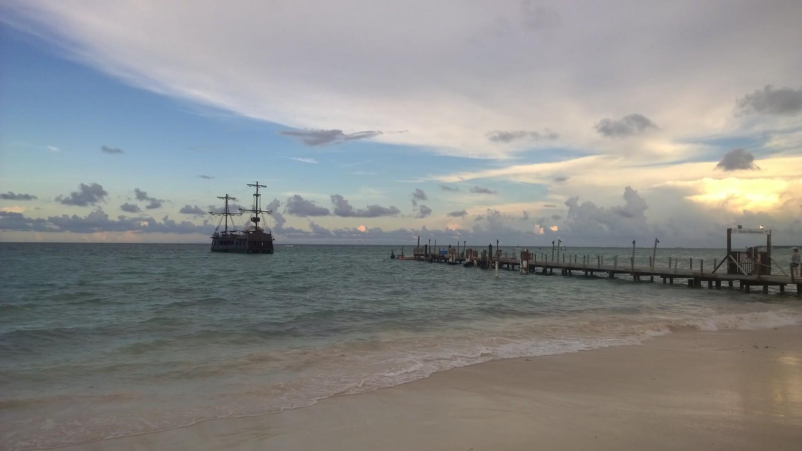Карибское море в октябре - серо, пасмурно, ветренно
