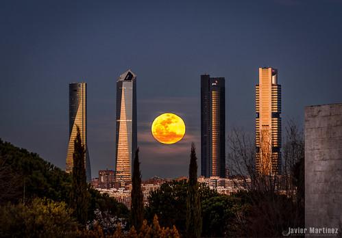 madrid sunset moon clouds atardecer cuatro spain nikon dusk luna full fullmoon nubes tamron moran javier martinez mooon ocaso torres skycraper rascacielos minimoon 200500 ctba llena aravaca apogeo perigeo d7000 miniluna jmartinez76