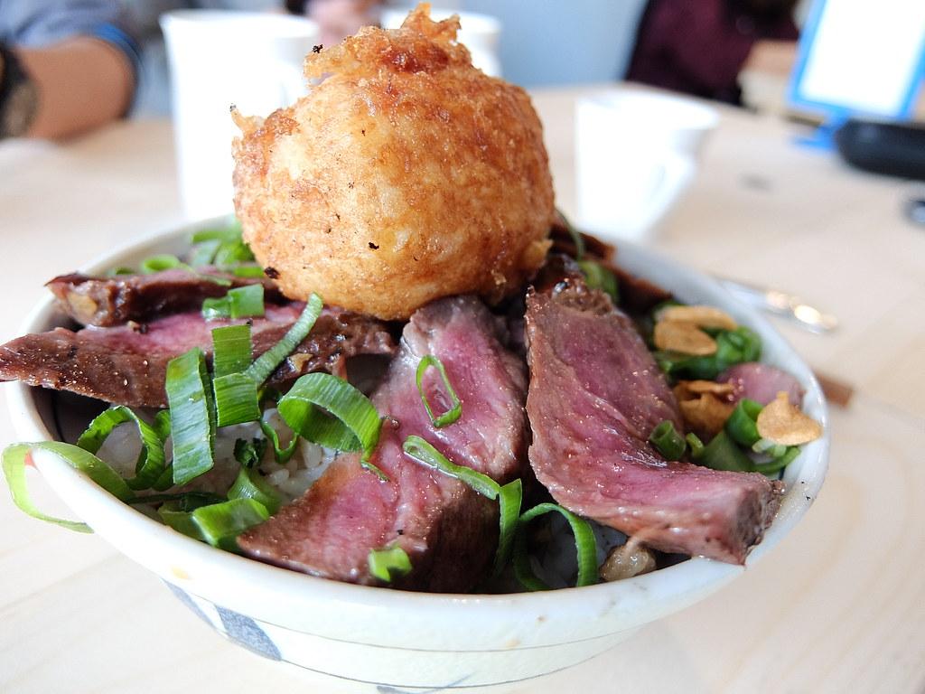 紐約客牛排丼,一片片牛肉排在旁邊,感覺很豪邁