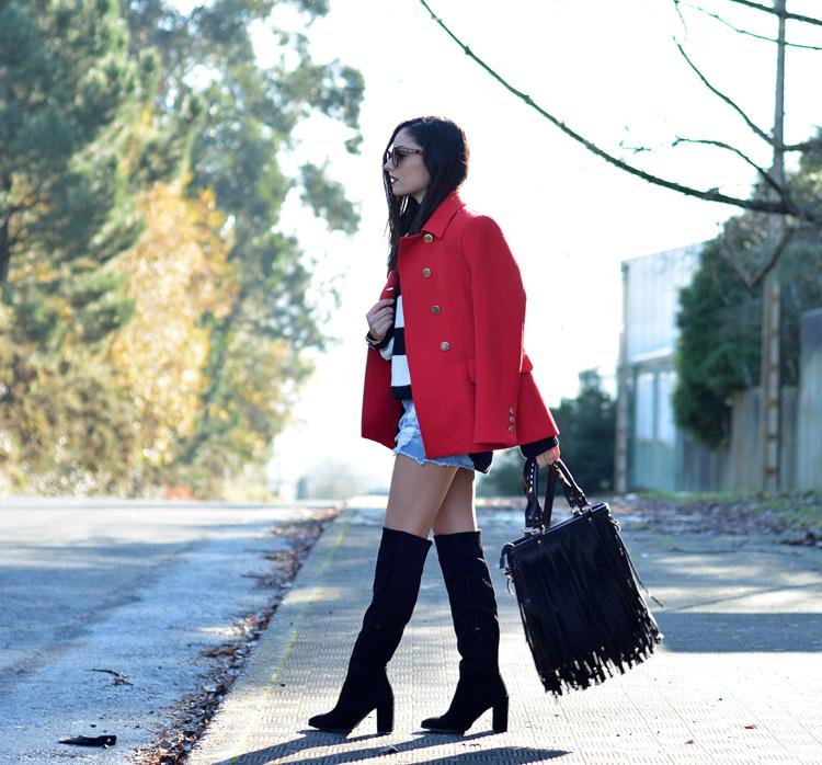Jersey Zara_Abrigo rojo_shorts denim_botas altas_ootd_05
