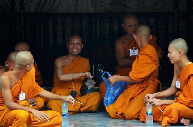 Monjes de Tailandia a la sombra de uno de los palacios