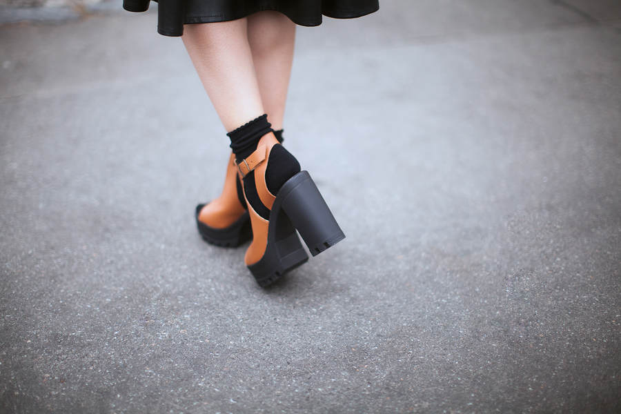 how-to-wear-sandals-with-socks-outfit-ideas