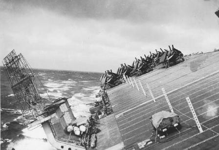 El USS Cowpens durante el tifón Cobra