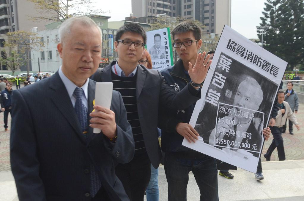 呼籲改革的消防員今日在公祭會場外「找到」消防署長葉吉堂(左一)。(攝影:宋小海)