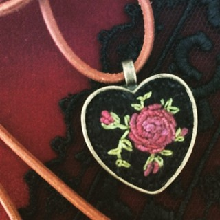 Heart pendant #heart #handmade #pendant #textilejewelry #embroideredjewelry #bordado #broderie #roses