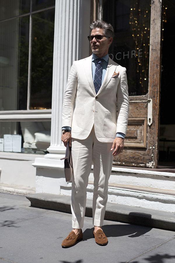 オフホワイトスーツ×青シャツ×紺チェックネクタイ×ブラウンスエードタッセルローファー