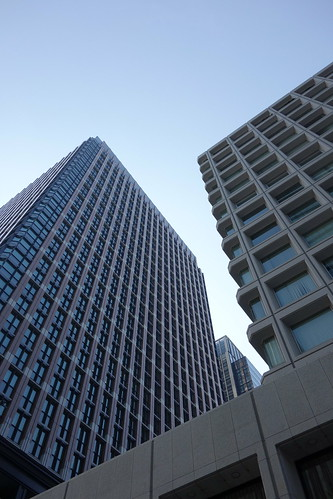 "Tokyo_15 東京都丸の内の高層ビルディング群を撮影した写真。 左は ""丸の内パークビルディング"" 、右は ""三菱ビル"" である。"