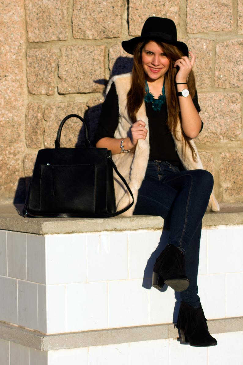 chaleco de pelo blanco y sombrero negro HEELSANDROSES (1)