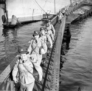 CWAC personnel disembarking from a troopship at Naples, Italy / Membres du SFAC débarquant d'un navire de transport de troupes à Naples, en Italie