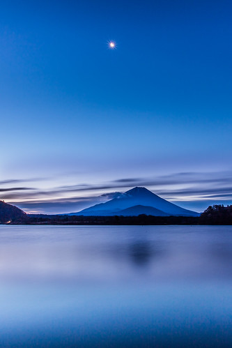 morning moon lake reflection japan sunrise canon glow 日本 富士山 mtfuji 日出 1635mm 倒影 朝日 山梨縣 世界遺產 精進湖 弦月 新月 山田屋 大室山 lakeshoji 5dmarkiii 子抱き富士