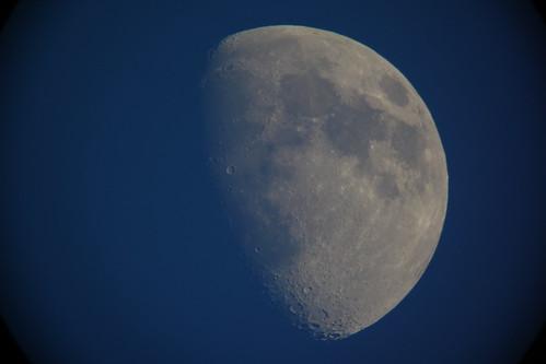 moon_5 自作天体望遠鏡にて撮影した月の写真。半月よりも少し太い。