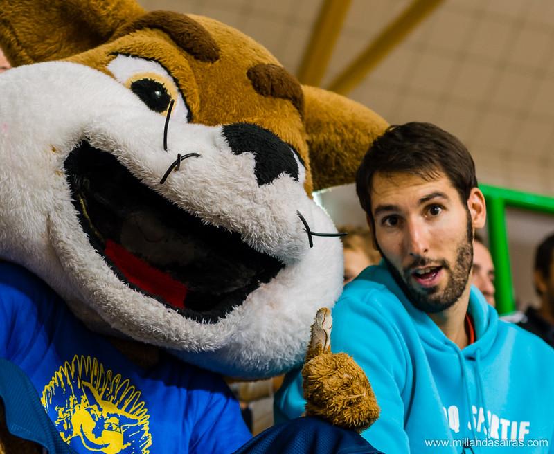 Lobito con Alberto Corbacho, alero que milita en el Obradoiro de Santiago de la liga ACB