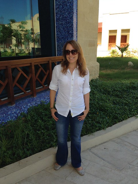 What To Wear In Jordan - Rachelle in Jordan wearing a 3/4 sleeve shirt and jeans with flats.
