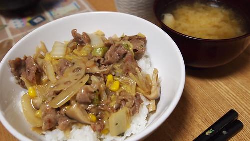 中華丼と大根の味噌汁。