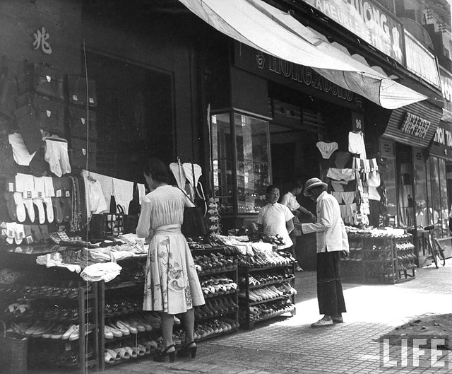 SAIGON 1948 - Natives shopping at local vendors, in French Indochina