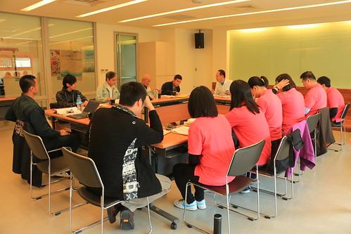 工作坊行程之一,台日民間團體依主題分組,討論海洋廢棄物議題。圖左為日官方,圖右身穿桃紅短T為台官方。