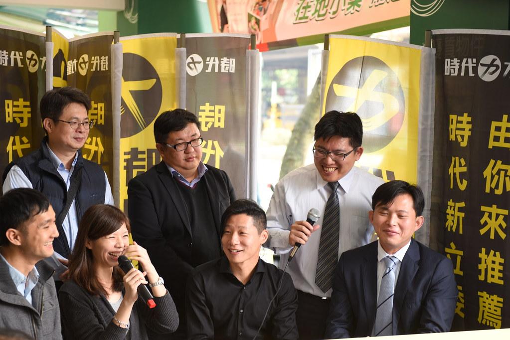 中研院法律所研究員黃國昌(右一)、沃草創辦人柳林瑋(左一)等人到場表達支持。