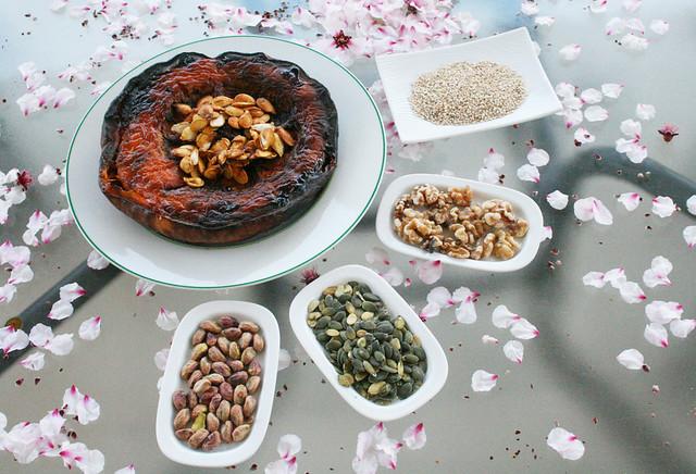 ingredientes para bombones de calabaza paleo con sésamo, coco y cacao