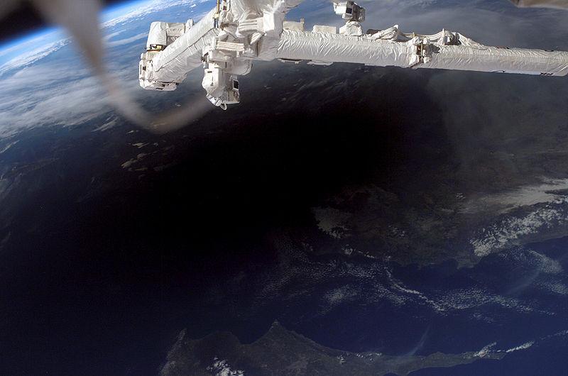 Тень от Луны на Земле во время затмения, фотография с МКС.