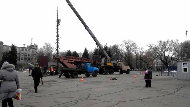 В Павлограді почали встановлювати новорічну ялинку
