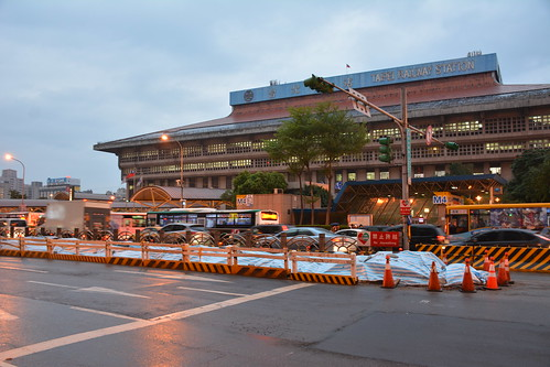 台北車站前的專用道月台殘骸
