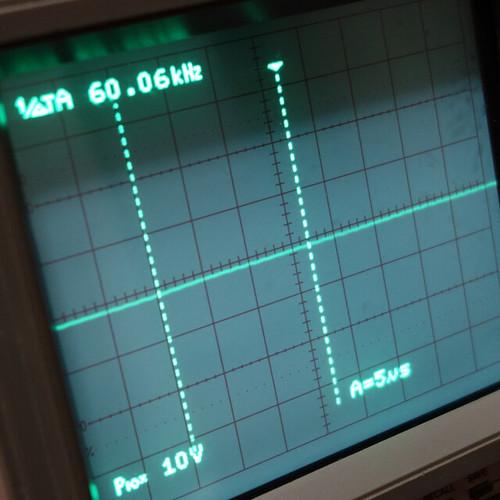 Oscilloscope_Old Network Switch Off_Subwoofer Off_F60k_Pin5_1 オシロスコープの画面を撮影した写真。ノイズ波形が表示されている。