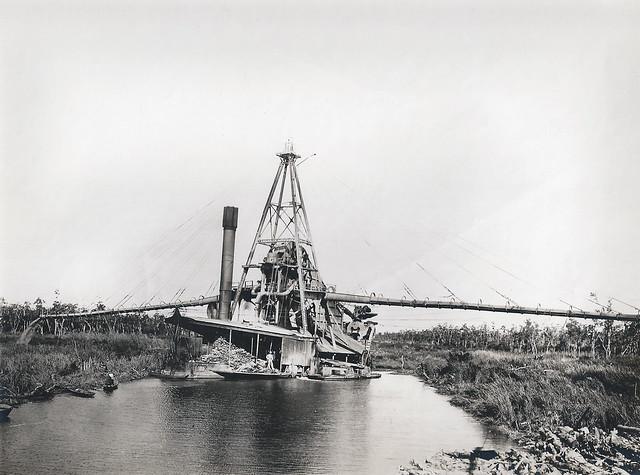 Dans l'ouest Cochinchine, drague ouvrant un Canal - Années 1930