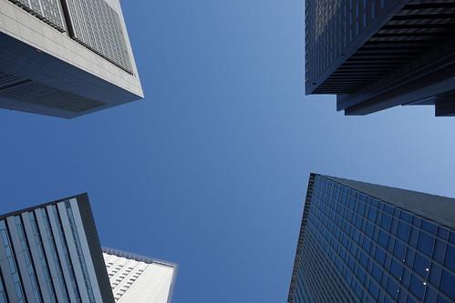 Shinjuku_17 新宿の高層ビルディングの間でカメラを天空に向けて撮影した写真。