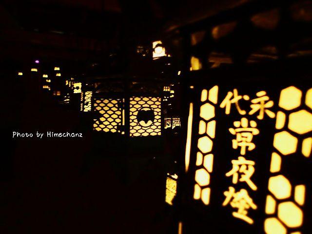 真っ暗な中に灯る燈籠は美しい。