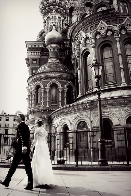 Newly‐married couple walking along Church of the Savior on Blood, Saint Petersburg, Russia サンクトペテルブルク、血の上の救世主教会の横を歩く新婚さん
