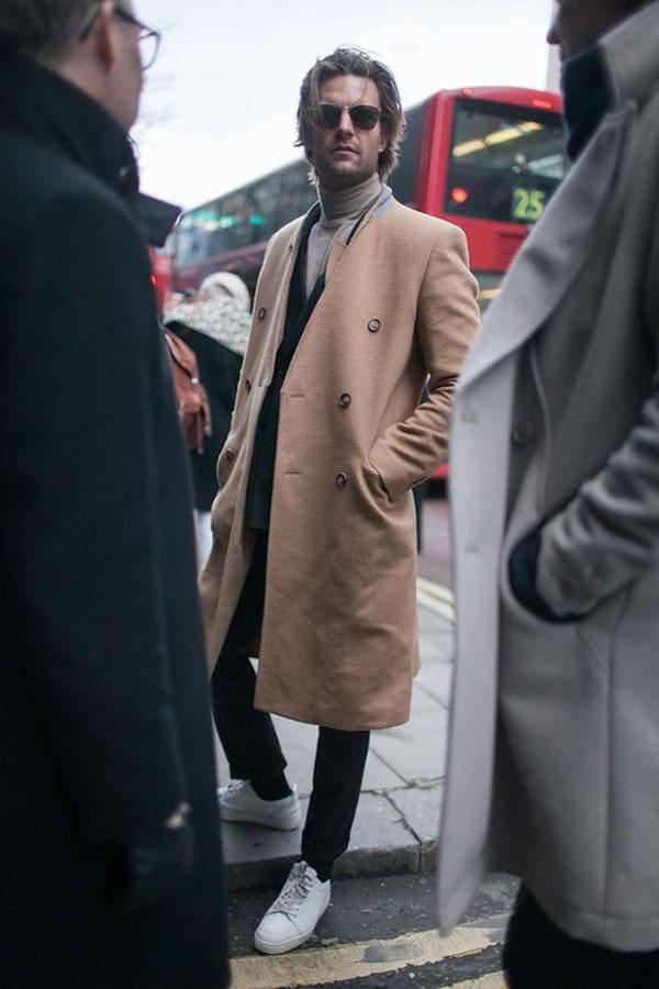 ダブルチェスターコートのラペルを内側に折ってノーカラーっぽく着るスタイル