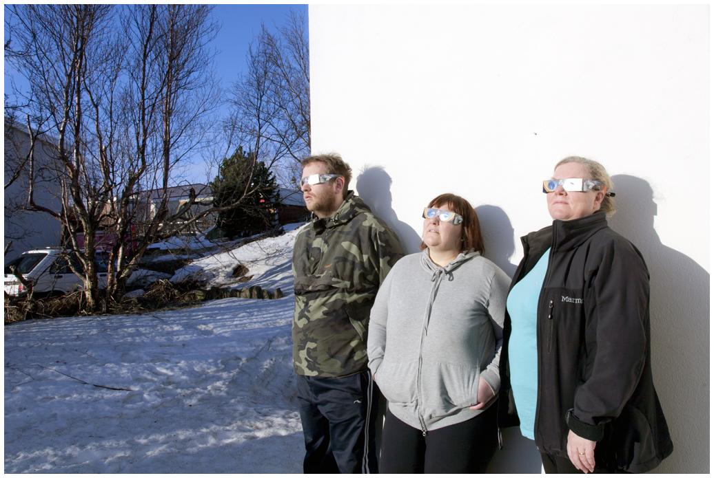Eydís, Garðar og Kristbjörg að horfa á sólmyrkvann