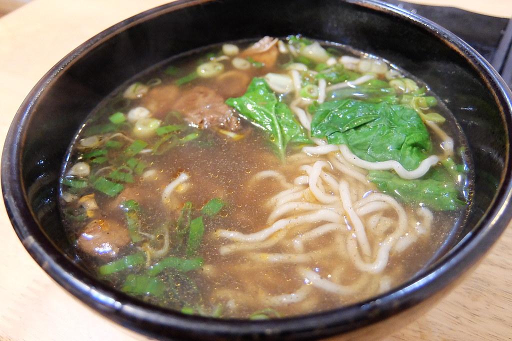 牛肉麵,小碗的份量是夠一個人的,湯頭有一點中藥味,不濃,不過還ok..