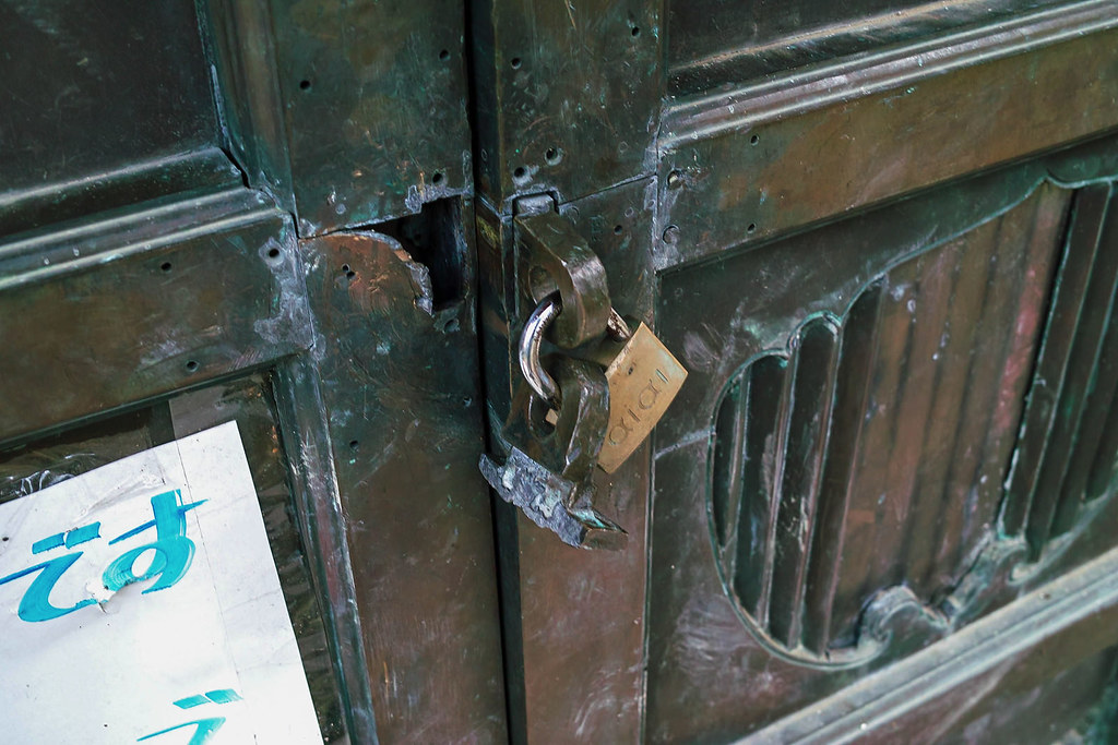 六角堂には鍵がかかっている