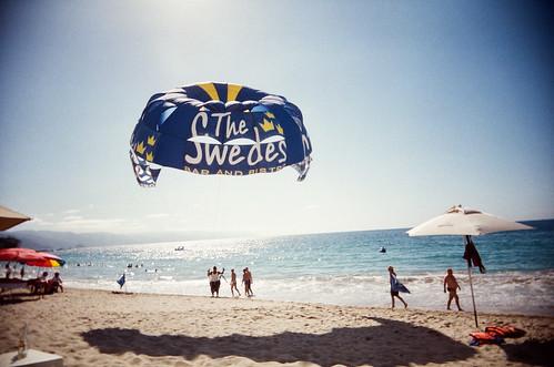 film beach mexico plasticfantastic parasail puertovallarta banderasbay agfavista400 playalosmuertos vivitarultrawideslim