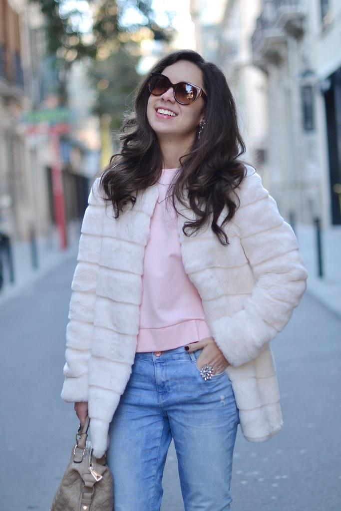 Apuesta por una sudadera rosa en tu look