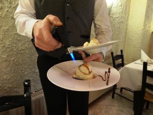 Restaurant Scharf Harburg Creme Brule Eis wird serviert