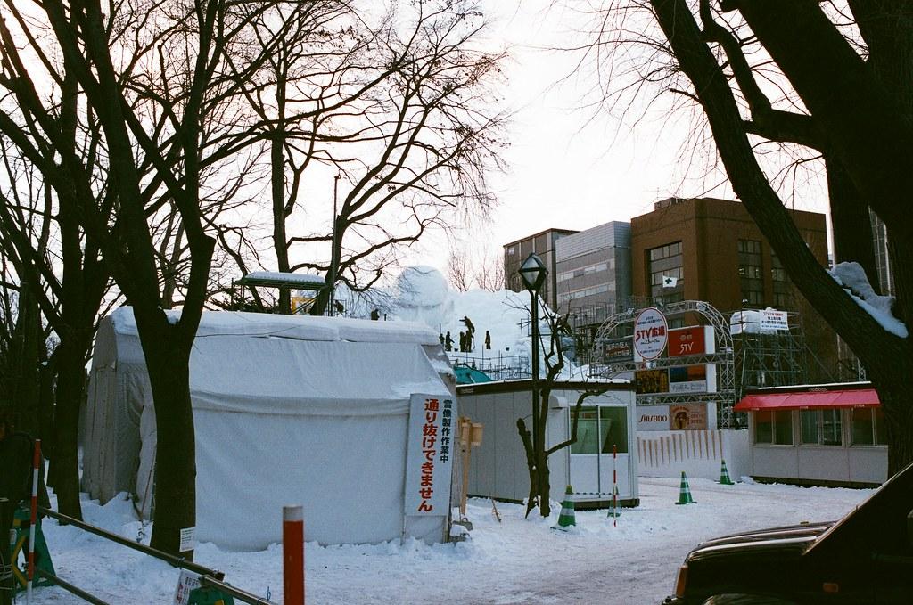 大通公園 札幌 Sapporo, Japan / AGFA VISTAPlus / Nikon FM2 大通公園正在準備雪祭,那是進擊的巨人裡的巨型巨人像!  有點驚悚!  Nikon FM2 Nikon AI AF Nikkor 35mm F/2D AGFA VISTAPlus ISO400 8264-0034 2016/01/31 Photo by Toomore