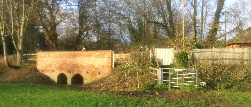 Bridge and gate, near Shiplake