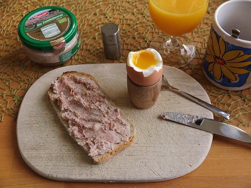 Bio Zwiebelwurst auf Bauernbrot zum Frühstücksei