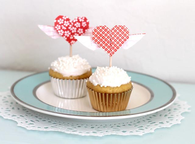 DIY Origami Heart Cupcake Topper  | www.vitaminihandmade.com