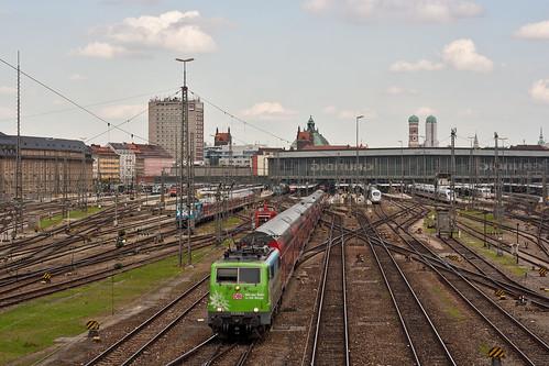 Der Hauptbahnhof ist das Tor zur Stadt, Frauenkirche und Justizpalast ragen über den Bahnhof hinaus. Doch der Vorplatz ist derzeit alles andere als einladend.