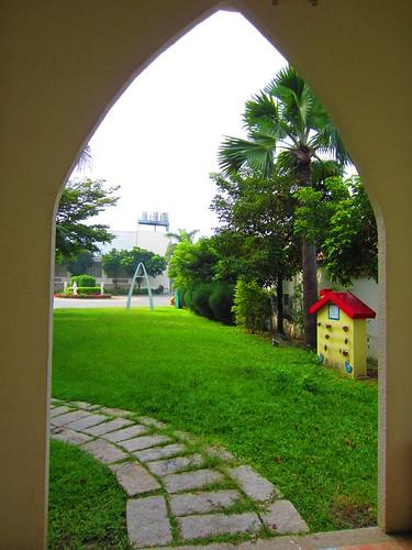 台南餐廳推薦_公司行號聚餐好選擇:台南商務會館_從飯店內教堂建築內往外照的景像