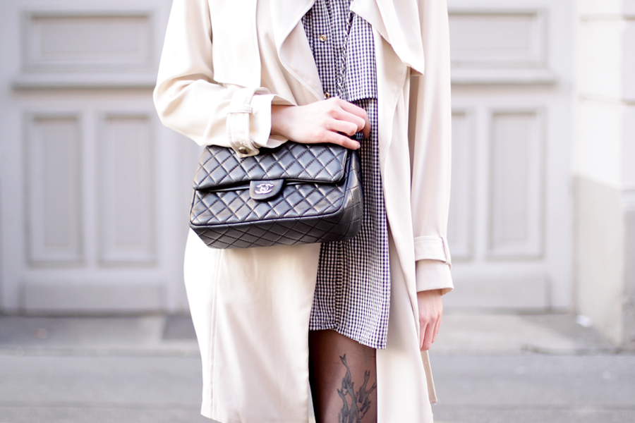 outfit grey hat trenchcoat white boots chanel bag parisian chic bright look ootd spring happy cute brunette ricarda schernus blog fashionblog modeblogger berlin 7