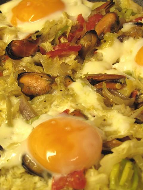 Salteado de mexilhão com legumes e ovo
