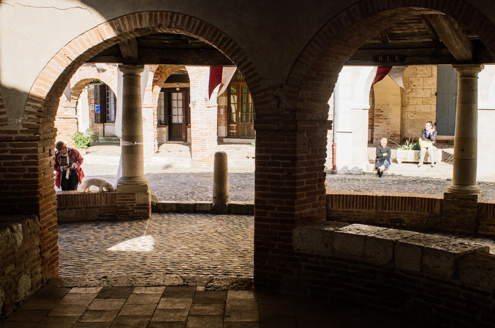 Auvillar, sous la halle au grain - carnet de voyage en Tarn-et-Garonne